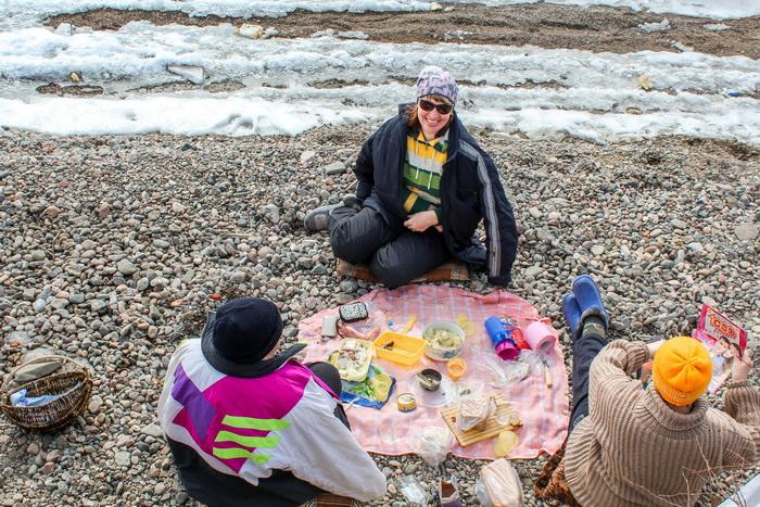 Местные девчонки отдыхают на берегу. Фото: Сергей Мошкирёв/Великая Эпоха (The Epoch Times)