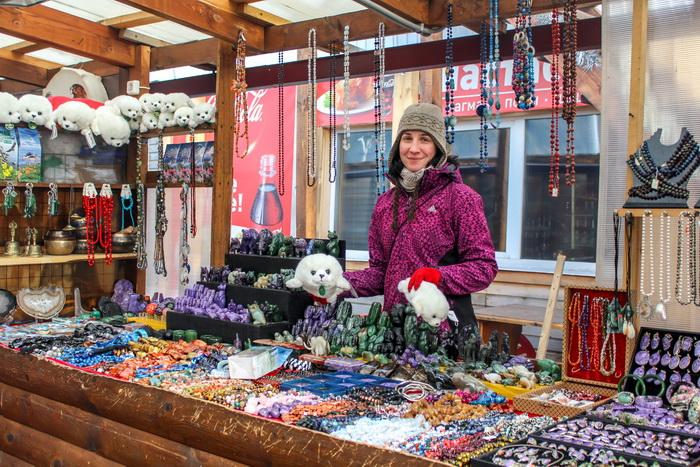 Самый популярный на листвянском рынке сувенир — байкальская нерпа. Фото: Сергей Мошкирёв/Великая Эпоха (The Epoch Times)