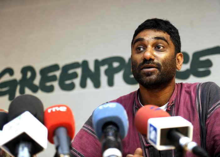 Глава Greenpeace International готов разделить участь экологов. Куми Найду сообщил, что готов поручиться за всех экологов, находящихся на борту судна. Фото: DOMINIQUE FAGET/AFP/Getty Images