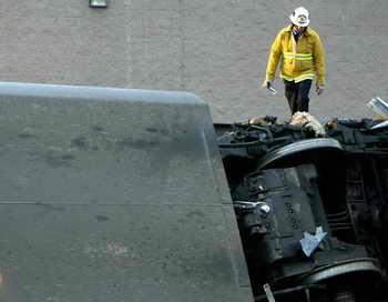В США сошёл с рельсов товарный состав.  По словам очевидцев, все 40 вагонов состава сошли с рельсов и завалились набок, а часть груза вывалилась из контейнеров. В результате аварии никто не пострадал. Фото: HECTOR MATA/AFP/Getty Images
