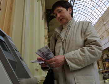 Крупные банки РФ в банкоматах ограничили приём пятитысячных купюр. В связи с участившимися случаями распространения поддельных 5-тысячных купюр с элементами настоящих. Центробанк рекомендовал банкам сменить программное обеспечение в банкоматах. Фото: Oleg Nikishin/Getty Images