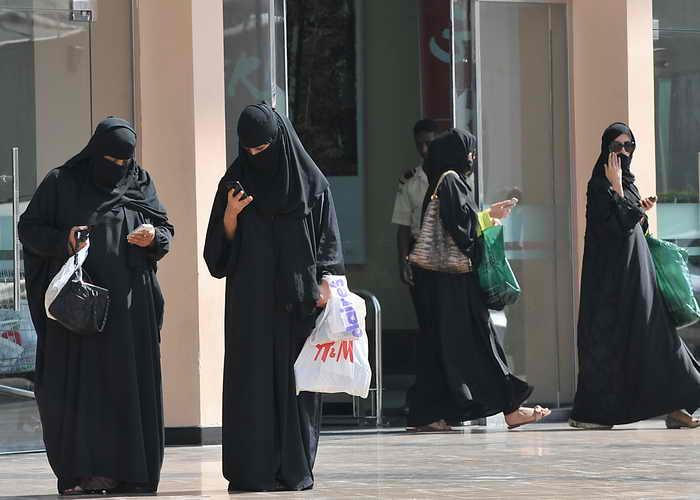 В Саудовской Аравии должны быть введены новые правила оформления документов для поездки за границу, касающиеся женщин. Фото: FAYEZ NURELDINE/AFP/Getty Images