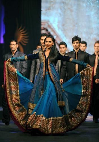 Показ индийских коллекций на 11-й международной индийской киноакадемии в Коломбо. Фото: Ishara KODIKARA/AFP/Getty Images