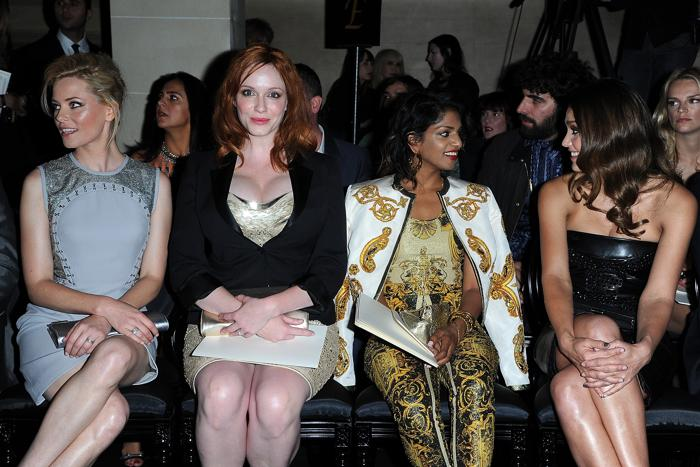 Знаменитости на показе моды Versace Haute Couture  в Париже.  Elizabeth Banks, Christina Hendricks, M.I.A. и Jessica Alba.Фоторепортаж.  Фото:  Pascal Le Segretain/Getty Images