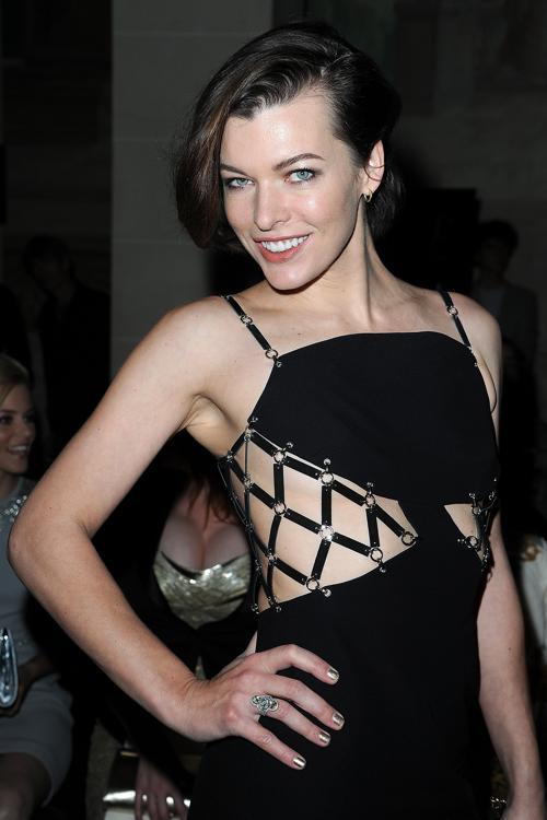 Знаменитости на показе моды Versace Haute Couture  в Париже.  Milla Jovovich. Фоторепортаж.  Фото:  Pascal Le Segretain/Getty Images