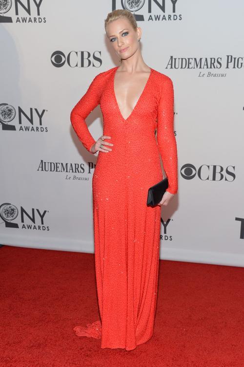 Наряды знаменитостей на церемонии награждения 66th Annual Tony Awards. Beth Behrs. Фоторепортаж. Фото: Mike Coppola/Getty Images