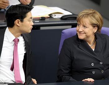 Канцлер Германии Ангела Меркель и министр экономики Филипп Рослер в Бундестаге, Берлин. Вчера Бундестаг проголосовал за утверждение дополнительных полномочий фондов срочной помощи Европе. Фото: WOLFGANG KUMM/AFP/Getty Images