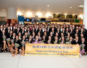 Танцоры труппы Shen Yun Performing Arts позируют для фото после возвращения из мирового турне.  Фото: Эдвард Дай/Великая Эпоха (The Epoch Times)