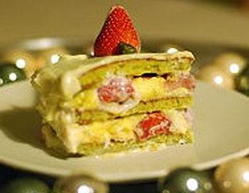 Клубничный торт, политый белым шоколадом. Фото: goosto.fr