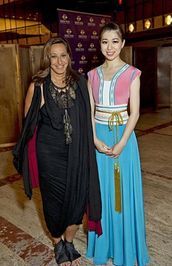Донна Каран, модельер и создатель линии одежды Donna Karan New York (DKNY), позирует с Кристиной Ли, главной танцовщицей, после представления «Shen Yun», 23 июня в Линкольн-центре в Нью-Йорке. Фото: Дай Бин/Великая Эпоха (The Epoch Times)