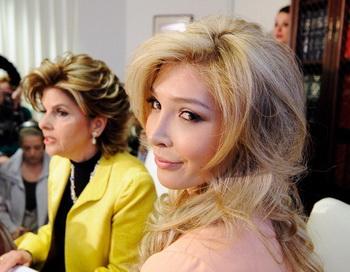 Дженни  Талакова (R) будет участвовать в конкурсе красоты «Мисс Вселенная». Фото: Kevork Djansezian/Getty Images