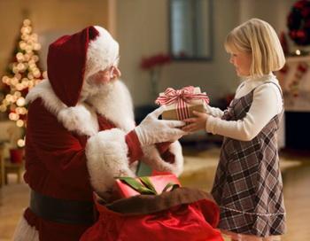Самый дорогой подарок - из рук Деда Мороза. Фото: Getty Images