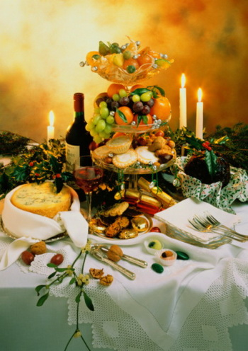 Стол можно украситьнеобычной цветочной композицией, выполненной в новогоднем стиле, или же композицией из фруктов. Фото: Фото: Getty Images