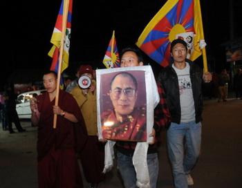 Жители Тибета выступают в поддержку Далай-ламы. Фото: STRDEL/AFP/Getty Images
