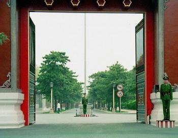 Китайские охранники у главного западного входа в Чжуннаньхай, китайского «кремля» в Пекине. Попытка бегства Ван Лицзюня выставила на всеобщее обозрение борьбу, происходящую за высокими красными стенами Чжуннаньхая. Фото: Chai Hin Го/AFP/Getty Images