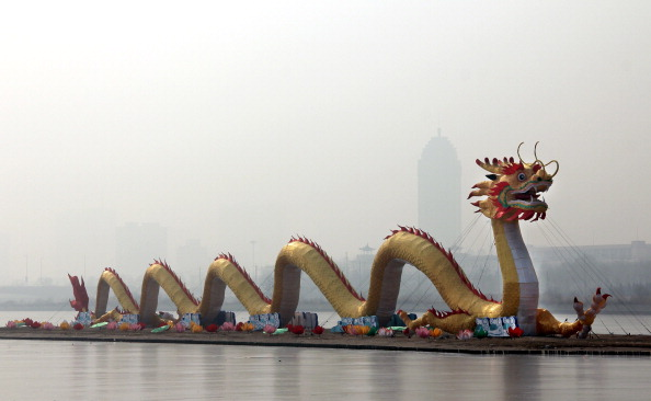 Китайский Новый 2012 год. Тайюань, символом Китайского Нового 2012 года является   черный водяной Дракон. Фонарь в форме дракона, длиною 126 метров и высотой 16 метров установлен на реке Fenhe. Фото: ChinaFotoPress/Getty Images