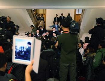 Сотрудники службы безопасности останавливают журналистов, не допущенных на выступление секретаря коммунистической партии Чунцина Бо Силая, Большой Народный Зал, 9 марта 2012 года, Пекин, Китай. Фото: Feng Li/Getty Images