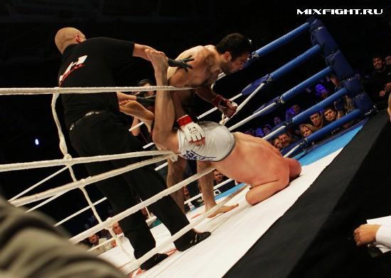 Айзия Ларсон (США) - Алихан Магомедов (Анапа). Фото с сайта mixfight.ru