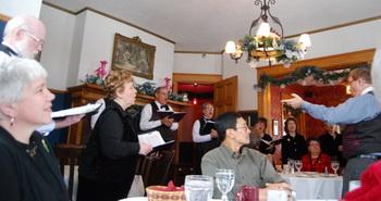 Вы можете присоединиться к празднованию 35-й годовщины отеля в лесу, заказывая обед или ужин в Риттенхаус, и пусть праздник начинается с живого колядования! Фото предоставлено Лизой Сим