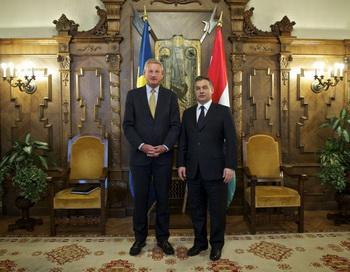 Министр иностранных дел Швеции Карл Бильдт (слева) позирует для совместного фото с премьер-министром Венгрии Виктором Орбаном (справа), Будапешт, 17 января 2012 года. Фото с сайта theepochtimes.com