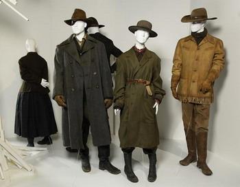 Костюмы из фильма «Железная хватка»  на выставке института дизайна моды и маркетинга (ИДММ) в Лос-Анджелесе. Фото с сайта theepochtimes.com