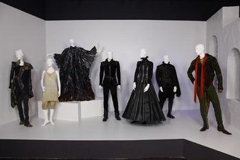 Костюмы из фильма «Буря» на выставке института дизайна моды и маркетинга (ИДММ) в Лос-Анджелесе. Фото с сайта theepochtimes.com