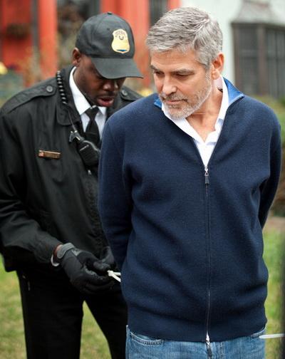 Джордж Клуни задержан на акции протеста в Вашингтоне. Фото: PAUL J. RICHARDS/AFP/Getty Images