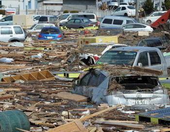 Землетрясение силой 8,9 баллов на северо-востоке Японии вызвало 10-метровую волну цунами. Фото: YOMIURI SHIMBUN/MIKE CLARKE/TORU YAMANAKA/AFP/Getty Images