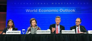Главный экономист МВФ Оливье Бланшар (2-й слева)  выступает 20 сентября в штаб-квартире МВФ в Вашингтоне, округ Колумбия. По словам Бланшара, мировая экономика вступила в новый опасный этап. Фото: Karen Bleier/AFP/Getty Images
