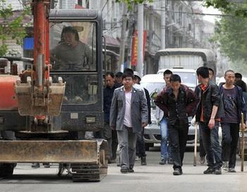 Власти города Ухань центральной китайской провинции Хубэй производят незаконный снос домов и отъем земли в течение многих лет, и принудительные выселения  не редкость. 7 мая 2010 года. Фото: AFP/Getty Images