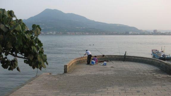 Когда-то крупнейший портовый город в Тайване, Даньшуй сейчас превратился в город рыбаков, где множество отличных мест для рыбной ловли, как для местных жителей, так и для туристов. Фото: Арнод Камю/Великая Эпоха (The Epoch Times)