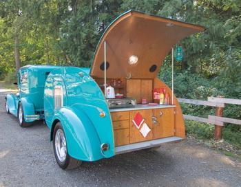 Этот эффектный дуэт бирюзового цвета состоит из «Форда» выпуска 1929 года с  кузовом «седан», прозванного «Серебристый экспресс», и трейлера «Кен-Скилл» 1940-х годов под названием «Хиллбилли Бунгало». Автомобиль оснащен двигателем «Форд-302» и новым мостом. Владелец Дуг Крон нашел трейлер в частном музее г.Сиэтл и уговорил хозяина расстаться с ним. Фото предоставлено Douglas Keister