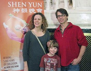Скотт Уайз с женой Элизабет Паркинсон, танцовщицей и театральной актрисой, восхищены представлением Shen Yun. Фото: Амелия Пан/Великая Эпоха (The Epoch Times)