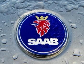 Эмблема Saab еще оставалась на автомобиле в магазине компании в Ньювегейне 19 декабря, когда Saab Automobile решил объявить о банкротстве. Фото: ROBIN UTRECHT/AFP/Getty Images