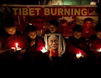 В монастыре в индийской Дхарамсале во вторник монахи протестовали против насилия китайской полиции. Фото: 20min.ch