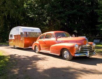 Shasta 1956 года буксируется Pontiac 1947 года с шестицилиндровым двигателем. Прицеп и автомобиль принадлежат Лью и Лесли Пулс. Фото с сайта theepochtimes.com