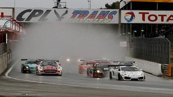 Петер Koкс вырвался вперёд со старта. Он опережал своих соперников лишь на полкорпуса, но этого было бы достаточно для победы. Машина Петера была так хорошо настроена для мокрой трассы, что он мог бы победить и без преимущества в несколько футов. Фото: GT1world.com