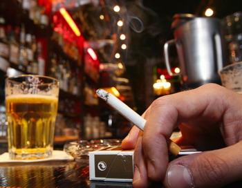 Пассивное курение убивает сотни тысяч человек ежегодно. Фото: PHILIPPE HUGUEN/AFP/Getty Images