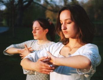 Сестры из Германии выполняют упражнения Фалуньгун (духовная практика самосовершенствования, также известная, как Фалунь Дафа). Упражнения способствуют самовосстановлению  организма. Фото: Clearwisdom.net