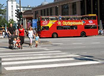 В странах Европы нельзя переходить улицу в неположенном месте, только на переходах, иначе  могут оштрафовать. Фото: Ирина Рудская/Великая Эпоха (The Epoch Times)