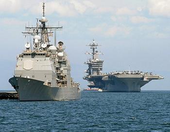 Американский авианосец «Карл Винсон» (справа) и крейсер «Банкер Хилл» (слева) стали на якорь в Манильском заливе после прибытия в порт 15 мая 2011 года на 4 дня в сопровождении трёх других военных кораблей. Группы авианосцев, в соответствии с новой стратегией США, представляют американские военные силы в Азиатско-Тихоокеанском регионе, балансируя возрастающее влияние Китая. Фото: Jay Directo/AFP/Getty Images