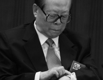 Бывший глава китайского режима Цзян Цзэминь на XVII съезде партии 15 октября 2007 года, Пекин. Цзян недавно нарушил указания Си Цзиньпина — не заниматься саморекламой. Фото: Feng Li/Getty Images
