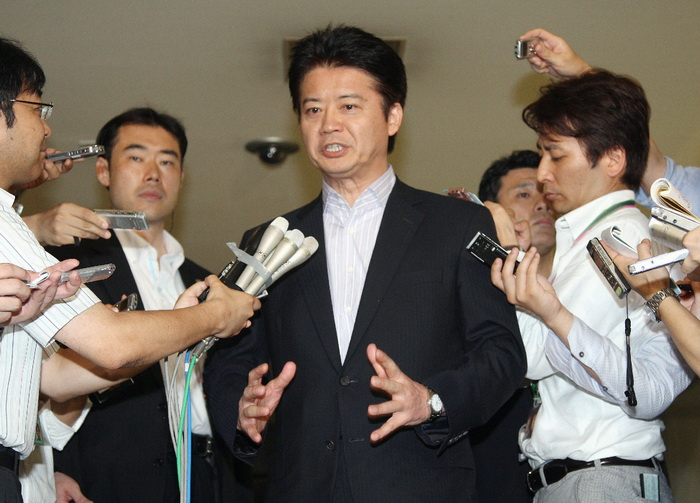 Министр иностранных дел Японии Коитиро Гэмба (С) отвечает на вопросы журналистов после отзыва  посла в Китае Уичиро Нива. Фото: Jiji Press / AFP / GettyImages