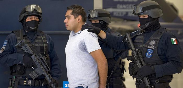 Один из трёх подозреваемых в убийстве полицейских арестован в аэропорту Мехико. Фото: ALFREDO ESTRELLA/AFP/GettyImages