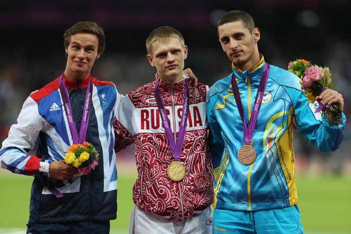 Евгений Швецов (С) выиграл золото Паралимпиады на дистанции 400 метров с мировым рекордом. Фото: Julian Finney/Getty Images