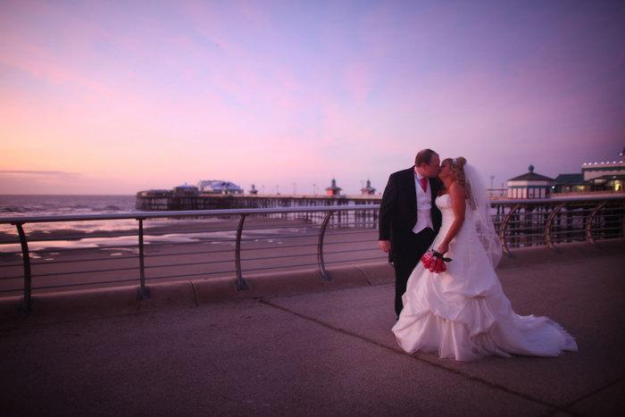 Фотосъёмка свадеб. Фото: Christopher Furlong/GettyImages