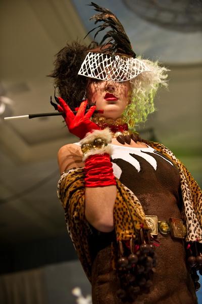 Модель олицетворяет Круэллу ДеВиль из кинофильма «101 далматинец». 9-е ежегодное мероприятие «Сладкая благотворительность» фонда «Сердце Америки». Модели отделаны и украшены шоколадом, сахаром и марципаном. Фото: NICHOLAS KAMM/AFP/Getty Images