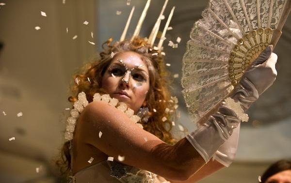 Эту модель вдохновила Белая Ведьма из фильма «Хроники Нарнии». 9-е ежегодное мероприятие «Сладкая благотворительность» фонда «Сердце Америки». Модели отделаны и украшены шоколадом, сахаром и марципаном. Фото: NICHOLAS KAMM/AFP/Getty Images