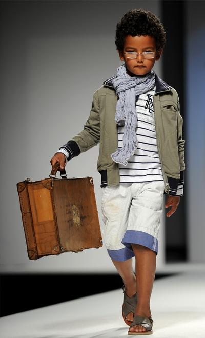Торговая марка MINICONF-SARABANDA. Фоторепортаж. Коллекция весна/лето 2011. Фото: ALBERTO PIZZOLI/AFP/Getty Images