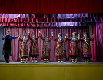 Одежду для  «Бурановских бабушек», возможно, будет шить известный модельер Денис Симачёв. Фото: Natalia Kolesnikova/AFP/Getty Images